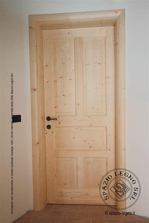 porte abete grezzo porte abete naturale posate in un appartamento della val
