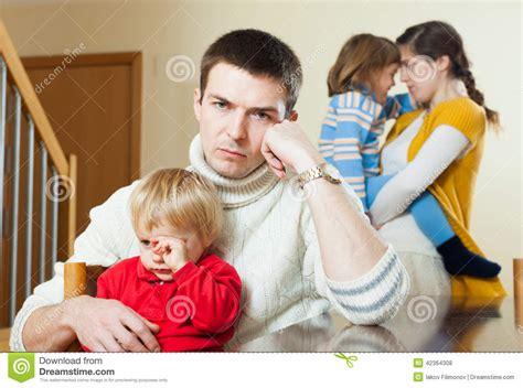 imagenes de triste familia conflicto joven de la familia hombre trastornado contra