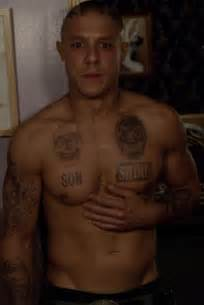 charlie hunnam tattoos 276 best panowie images on aaron