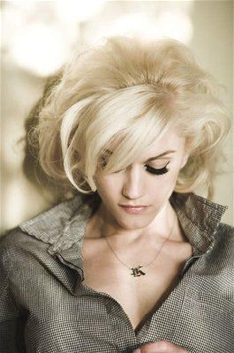 gwen stefani hairstyle medium blonde curly hairstyle with bangs gwen stefani 50 s style short blonde curls ladies we