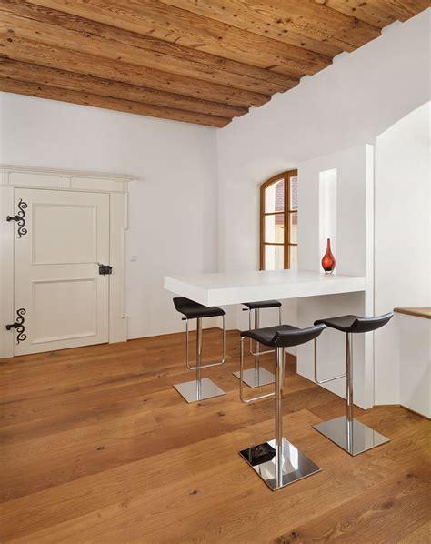 modernes schlafzimmer aus dem jahrhundert besprechungstisch sitzgelegenheit holzboden holzdecke