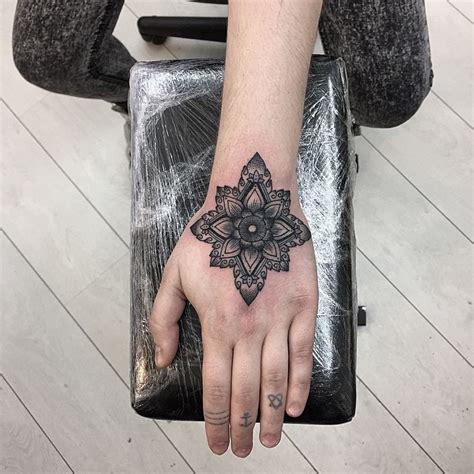 tattoo mandala en la mano mandala flor by sashatattooing tatuajes para mujeres