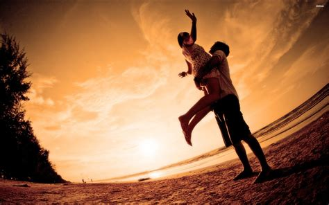 love couple hd live wallpaper romantic couple at the beach wallpaper
