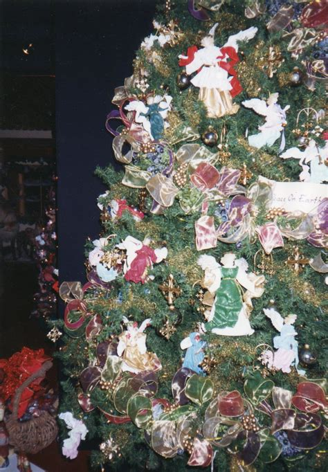 christmas tree filler ideas urbanchristmas decorating ideas using fillers in the tree