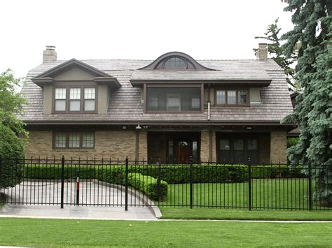 warren buffett lives in a modest house that s worth 001