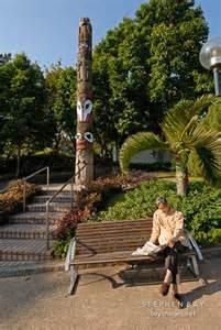 Photo man reading newspaper kowloon park hong kong china