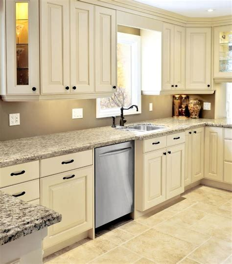 cream painted kitchen cabinets best 25 cream kitchen walls ideas only on pinterest