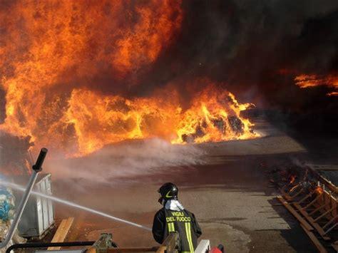 fuoco di sant antonio interno al corpo incendio doloso nel cantiere della federico ii cronaca