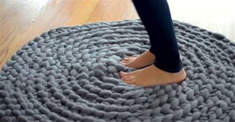 giant pattern hooks diy giant crochet rug without crochet hook beesdiy com