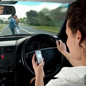 bahaya menggunakan hp  mengemudi pengetahuan