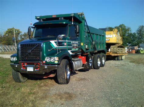 volvo dump truck file volvo vhd84b tri axle dump truck jpg wikipedia