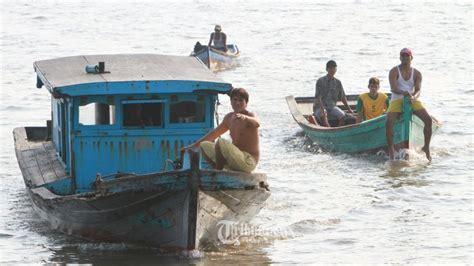 Kulkas Sharp Batam nelayan lamongan temukan 29 unit kulkas dalam kontainer