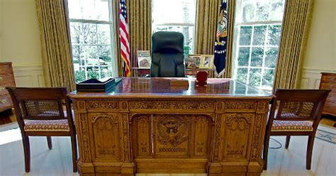 Obama Oval Office Desk Obama Won T Makeover Oval Office Ny Daily News