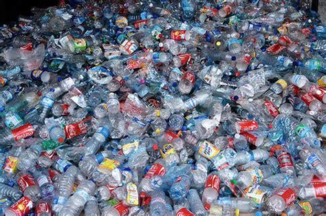 cuanto contamina una botella de plastico