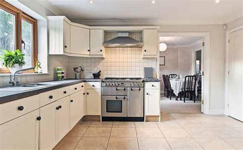 Modern Kitchen Countertops And Backsplash by Pisos Para Cozinha Confira Dicas E Modelos