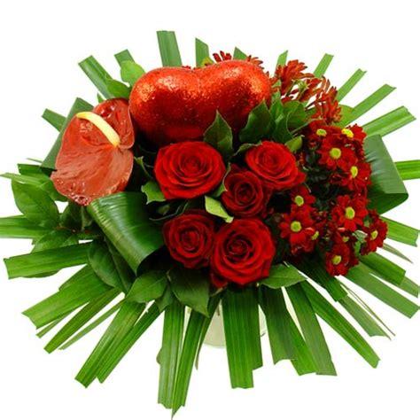 bloemen liefde tuingerei liefdes boeket met rood hart van debloemist