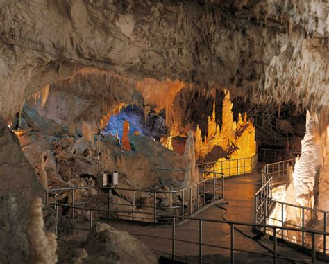 ingresso grotte di frasassi le grotte di frasassi marche travelling