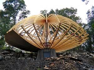 domespace une en bois qui tourne avec le soleil