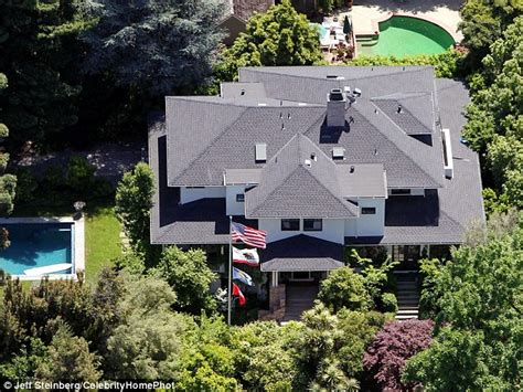Zuckerberg House by S Zuckerberg S Neighbors Furious With Security Detail At His Home Daily Mail