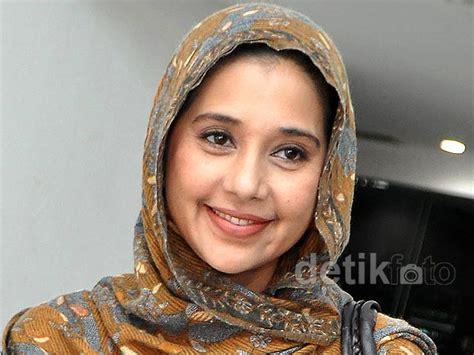 detik wafatnya siti khadijah ayu azhari terseret kasus fathanah ke mana sang suami
