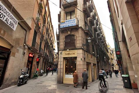 PHOTO: Narrow lanes of Gothic Quarter in Barcelona, Spain