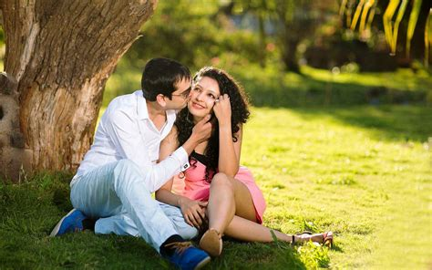wallpaper of cute kissing couple sweet and cute kissing couple in garden new hd