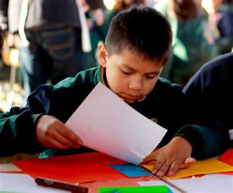 imagenes de niños jugando y estudiando ninos estudiando colegio related keywords ninos