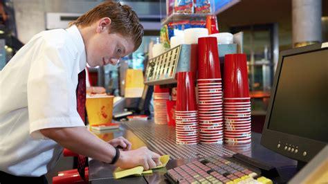 ab wann darf arbeiten welttag gegen kinderarbeit schrubben putzen kellnern