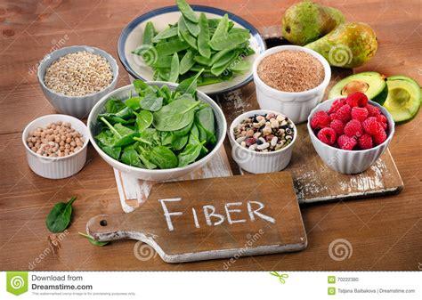 alimenti ricchi di fibra alimenti ricchi di fibra su una tavola di legno fotografia
