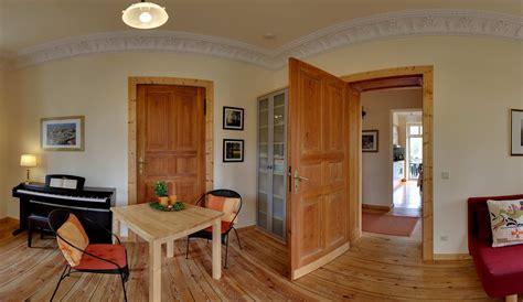 warmer bodenbelag wohnzimmer villa seepark vacation apartment berlin germany eco