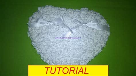 cuscino cuore uncinetto tutorial per realizzare un cuscino portafedi con roselline