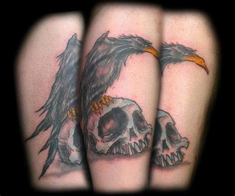 totenkopf rabe tattoo von die stichelei