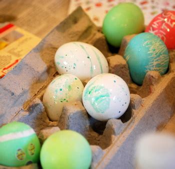 how to make easter eggs how to make swirled easter eggs baking bites