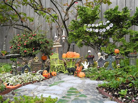 Miniature Garden Decor Decorating In The Miniature Garden The Mini Garden Guru From Twogreenthumbs