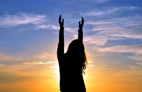 imagenes cristianas orando de rodillas honra a dios en todo y escuchar 225 tu clamor avanza por m 225 s