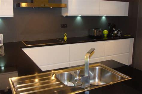 cuisine plan de travail granit noir cuisine laqu 233 e blanche plan de travail granit noir photo