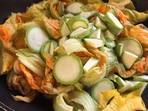 zucchine fiori di zucca frittata di fiori di zucca