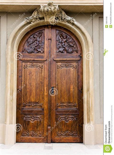 puerta de madera de una iglesia foto de archivo imagen