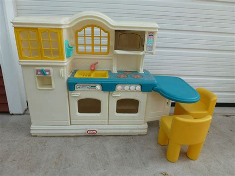 step 2 country kitchen tikes country kitchen with 2 chairs ebay