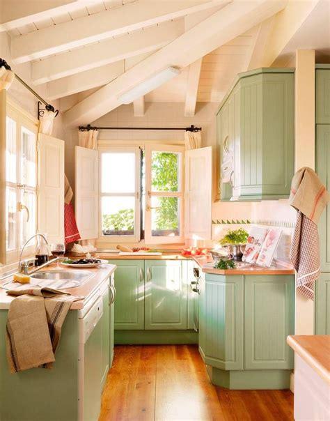 las casas de antonio banderas en  cocinas pequenas
