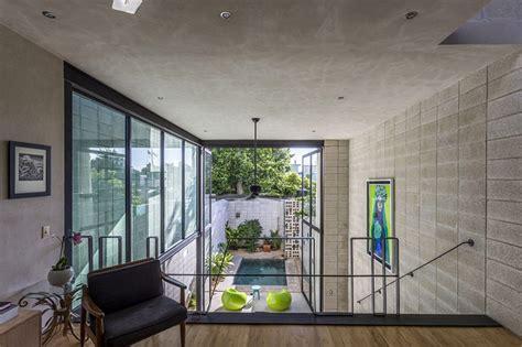 uma linda casa espremida entre duas construcoes limaonagua