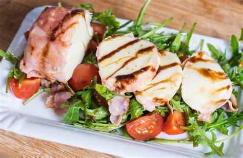 salat anrichten knusprig gebratener mozzarella auf rucola tomaten salat