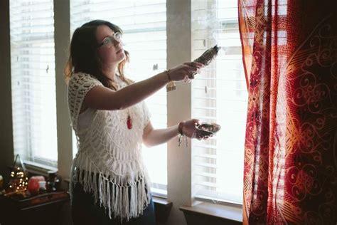 Energie Negative Come Riconoscerle aspersione di incenso per la pulizia energetica della casa