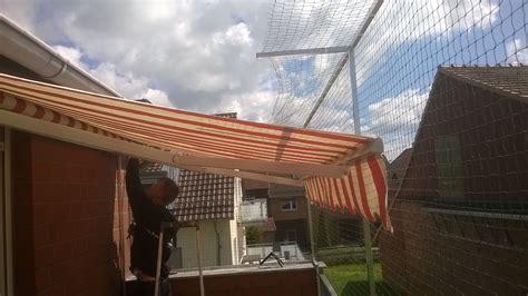 hängematte am balkon befestigen mit katzennetz einen garten sicheren katzennetze nrw