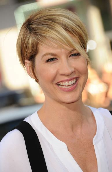 does jenna elfmans hair look better long or short jenna elfman pink lipstick looks stylebistro