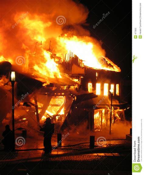 brennendes haus k 228 mpfendes brennendes haus des feuerwehrmanns