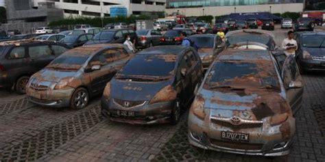 penjualan mobil bekas terhadang banjir  lahirnya mobil