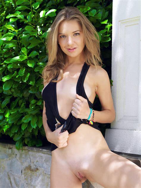 Hot Teen Girl Yani A Strips Nude In A Public Park Gallerybee Com Gallerybee