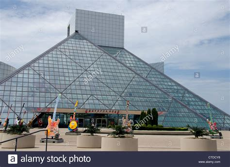 pyramid builders ohio cleveland glass pyramid building home to the rock