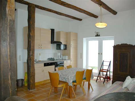 wohnzimmer mit offener küche welche farbe passt kissen passt zu graue sofa